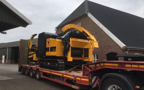 Europe Chippers EC 1060 Tracks 400 HP.8 on trailer